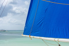 Philippinisches Segelboot auf dem Strand stockbilder