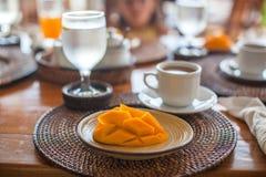 Philippino早餐用芒果和咖啡 免版税库存照片