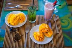 Philippino frukost med mango och coctails Arkivfoto