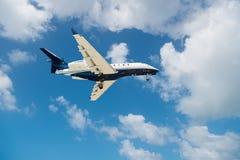 Philipsburg,荷属圣马丁- 2016年2月13日:航空器在多云蓝天飞行 在云彩的飞机 在飞行的喷气机在晴天 Trave 库存照片