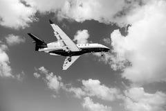 Philipsburg,荷属圣马丁- 2016年2月13日:航空器在多云蓝天飞行 在云彩的飞机 在飞行的喷气机在晴朗 免版税库存照片