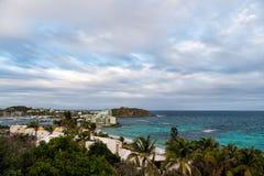 Philipsburg, sint海景的马尔滕镇 热带海滩,多云天空的,自然蓝色海看法  在加勒比的海滩假期 W 图库摄影