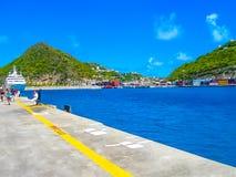 Philipsburg, Sint Maarten - 10 de febrero de 2013: Turistas en el Dr. Embarcadero de Wathey en el lado holandés de St Maarten Imagen de archivo libre de regalías