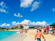 Philipsburg, Sint Maarten - 13 de fevereiro de 2013: A praia em Maho Bay Foto de Stock Royalty Free