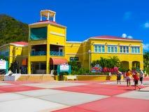 Philipsburg, Sint Maarten - 10 de fevereiro de 2013: Turistas no Dr. Cais de Wathey no lado holandês de St Maarten Imagem de Stock
