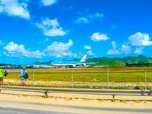 Philipsburg, Sint Maarten - 10 février 2013 : La plage chez Maho Bay Image libre de droits