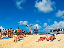 Philipsburg, Sint Maarten - 10 febbraio 2013: La spiaggia a Maho Bay Immagine Stock Libera da Diritti
