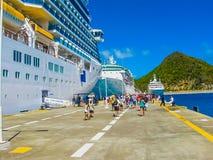 Philipsburg Sint Maarten - Februari 10, 2013: Turister på dren Wathey pir på den holländska sidan av St Maarten Royaltyfria Foton