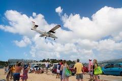 Philipsburg, Sint Maarten - 13 Februari, 2016: zwerflust, reis en reis Vliegtuigland over mahostrand Straalvlucht lage vlieg op c Royalty-vrije Stock Foto