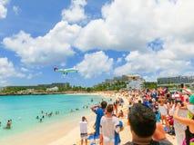 Philipsburg, Sint Maarten - 14. Mai 2016: Der Strand bei Maho Bay Stockfotos