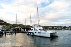 Philipsburg Sint Maarten, Styczeń 24, -, 2016: jacht zakotwiczający przy dennym molem Ludzie siedzą na nowożytnym statku pokładzi Zdjęcie Stock