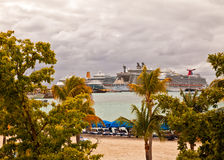 Navios de cruzeiros em St. Maarten fotografia de stock