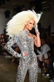 Phillipe Blond camina la pista en el desfile de moda de Blonds Foto de archivo