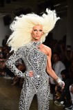 Phillipe Blond camina la pista en el desfile de moda de Blonds Fotografía de archivo