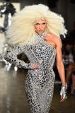 Phillipe Blond camina la pista en el desfile de moda de Blonds Imagen de archivo