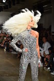 Phillipe Blond camina la pista en el desfile de moda de Blonds Foto de archivo libre de regalías