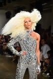 Phillipe Blond geht die Rollbahn an der Blonds-Modeschau Lizenzfreie Stockfotografie