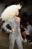 Phillipe Blond geht die Rollbahn an der Blonds-Modeschau Lizenzfreies Stockfoto