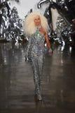 Phillipe Blond geht die Rollbahn an der Blonds-Modeschau Lizenzfreie Stockfotos