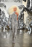 Phillipe Blond geht die Rollbahn an der Blonds-Modeschau Stockbild