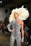 Phillipe Blond geht die Rollbahn an der Blonds-Modeschau Lizenzfreie Stockbilder