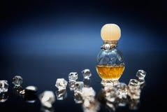 Philtre d'amour dans la petite bouteille avec des cristaux Photo stock