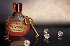 Philtre d'amour d'intrigue amoureuse avec la chaîne et clé autour de la bouteille Photo stock