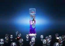 Philtre d'amour pourpre dans une bouteille avec des cristaux sur le fond foncé Photos stock