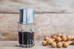 ` Phin-` addieren traditionelle vietnamesische Kaffeemaschine, Platz auf die Oberseite des Glases, gemahlenen Kaffee dann gießen  Lizenzfreie Stockfotos