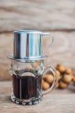 ` Phin-` addieren traditionelle vietnamesische Kaffeemaschine, Platz auf die Oberseite des Glases, gemahlenen Kaffee dann gießen  Lizenzfreie Stockfotografie