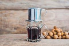 ` Phin-` addieren traditionelle vietnamesische Kaffeemaschine, Platz auf die Oberseite des Glases, gemahlenen Kaffee dann gießen  Stockbilder