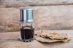 ` Phin-` addieren traditionelle vietnamesische Kaffeemaschine, Platz auf die Oberseite des Glases, gemahlenen Kaffee dann gießen  Lizenzfreie Stockbilder