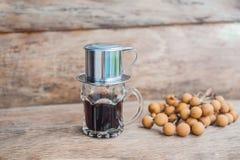 ` Phin-` addieren traditionelle vietnamesische Kaffeemaschine, Platz auf die Oberseite des Glases, gemahlenen Kaffee dann gießen  Stockbild