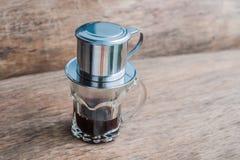 ` Phin-` addieren traditionelle vietnamesische Kaffeemaschine, Platz auf die Oberseite des Glases, gemahlenen Kaffee dann gießen  Stockfotografie
