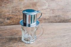 ` Phin-` addieren traditionelle vietnamesische Kaffeemaschine, Platz auf die Oberseite des Glases, gemahlenen Kaffee dann gießen  Lizenzfreies Stockbild