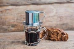` Phin-` addieren traditionelle vietnamesische Kaffeemaschine, Platz auf die Oberseite des Glases, gemahlenen Kaffee dann gießen  Stockfotos