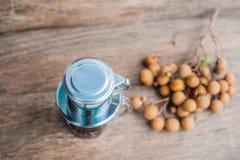 ` Phin-` addieren traditionelle vietnamesische Kaffeemaschine, Platz auf die Oberseite des Glases, gemahlenen Kaffee dann gießen  Stockfoto