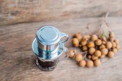 ` Phin-` addieren traditionelle vietnamesische Kaffeemaschine, Platz auf die Oberseite des Glases, gemahlenen Kaffee dann gießen  Lizenzfreies Stockfoto
