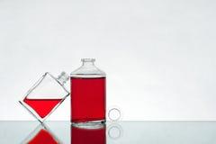 Phiolen mit roter Flüssigkeit Lizenzfreie Stockbilder