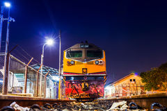 Phisanuloke drevstation och järnväg i natten Royaltyfria Bilder