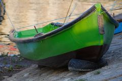 Phishingsboot op kust stock foto