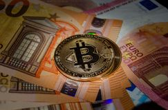 Phisical έκδοση Bitcoin του εικονικού νομίσματος πέρα από τα ευρο- τραπεζογραμμάτια στοκ εικόνες