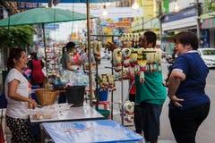 Phitsanulok, Tailândia - o 11 de agosto 2014: vendedores que vendem o jasmim Fotos de Stock Royalty Free