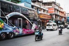 Phitsanulok, Tailandia, 12 15 18: Tráfico en Tailandia Impulsiones del autobús del durmiente a través de la ciudad fotos de archivo libres de regalías