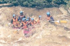 PHITSANULOK TAJLANDIA, SIERPIEŃ, - 21: Flisactwo na rzecznym Khek Zdjęcie Stock