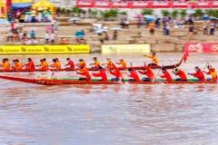 PHITSANULOKE,泰国- 9月21 :在传统泰国长的小船竞争节日的摇摄技术未认出的乘员组 免版税库存图片