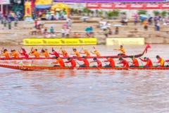 PHITSANULOKE,泰国- 9月21 :在传统泰国长的小船竞争节日的摇摄技术未认出的乘员组 库存照片