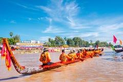PHITSANULOKE,泰国- 9月21 :在传统泰国长的小船竞争节日的未认出的乘员组2008年9月21日,发埃 免版税库存照片