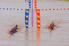 PHITSANULOKE, THAILAND - 21 SEP: Panning techniek niet geïdentificeerde bemanning in het traditionele Thaise lange festival van d Stock Foto's