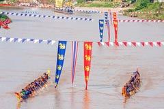 PHITSANULOKE, THAILAND - 21 SEP: Panning techniek niet geïdentificeerde bemanning in het traditionele Thaise lange festival van d Royalty-vrije Stock Afbeeldingen